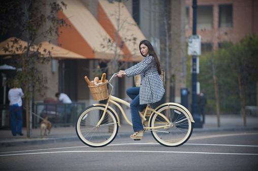 kobieta na miejskim rowerze